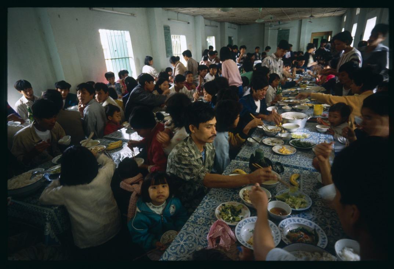 上世紀70年代起,大批越南難民為逃避戰亂及社會動盪,漂洋過海。聯合國估計當中約有20萬至40萬難民死於海上。圖為越南難民在香港難民中心的生活情況。(圖片來源:Getty)