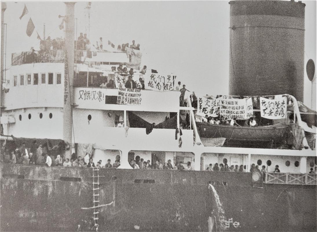 1978年12月23日,「滙豐號」貨輪載着約3,000名越南難民駛進本港海域。(圖片來源:《九七日誌》)