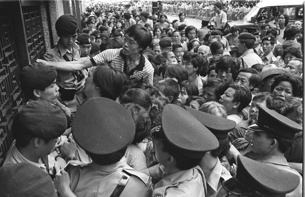當代中國-飛凡香港-中英談判觸發信心危機 恒隆銀行擠提被政府接管