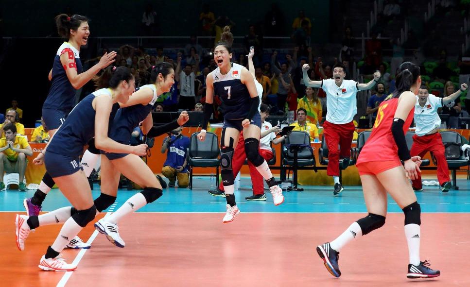 2016里約奧運女排8強,中國隊靠頑強拼搏和主教練郎平臨時變陣,3-2反勝巴西,球員在勝利真情一刻。(圖片來源:視覺中國)