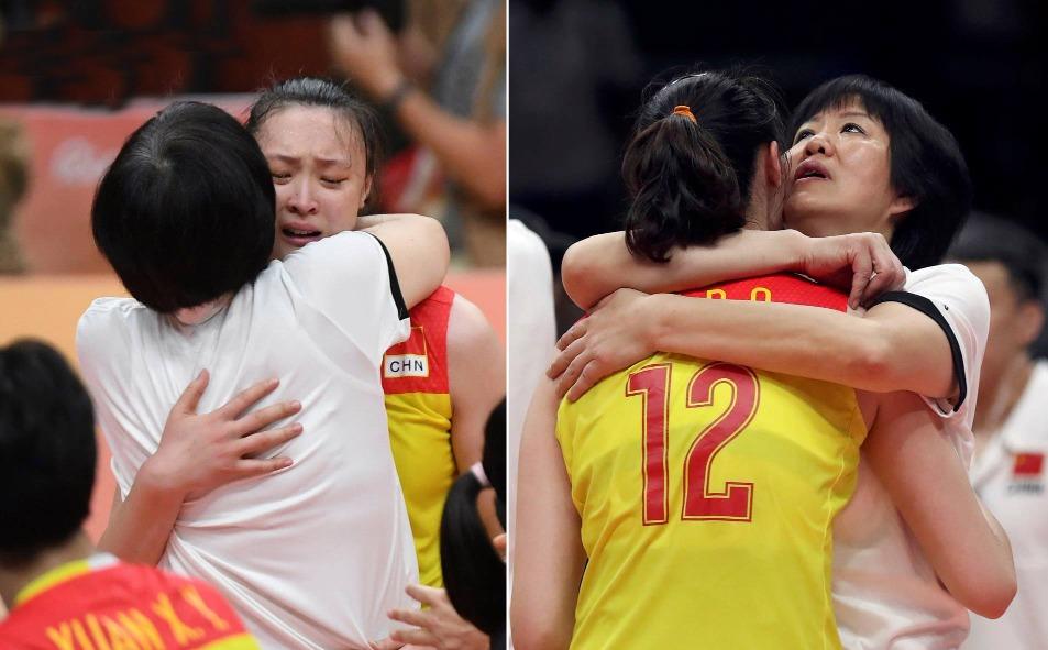 賽後惠若琪哭如涙人,主教練郎平安慰她。奧運前幾個月她接受心臓手術,當時她能否趕及參加奧運仍是未知數。最後主教練郎平信任她,仍委任她做隊長。(圖片來源:視覺中國)