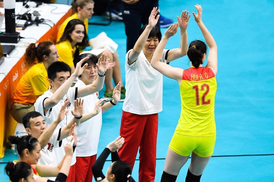 自從郎平入主中國女排後,確實激揚了全隊士氣,亦把隊長臂章交給惠若琪(穿12號球衣)。(圖片來源:視覺中國)