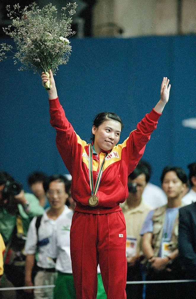 16歲就成為世界錦標賽女子團體和女子雙打冠軍,1992巴塞羅那奧運,獲得女子單打和女子雙打冠軍,一年後又在第40屆世界乒乓球錦標賽取得團體和雙打兩塊金牌,成為乒乓女皇,開啟「鄧亞萍年代」。(圖片來源:AP)
