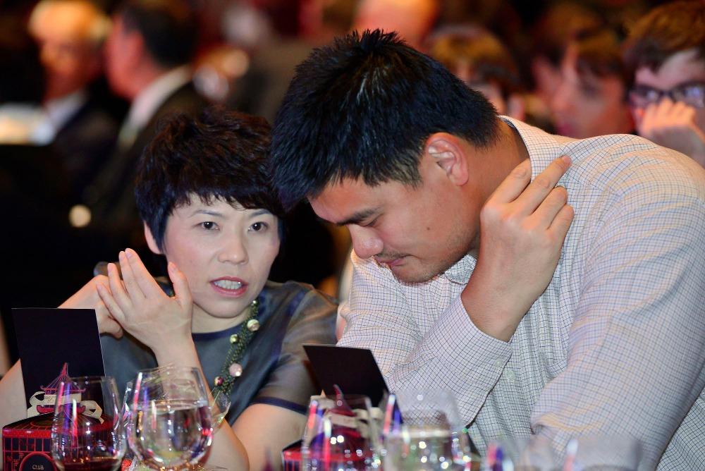 姚明與鄧亞萍同場出席慈善活動,一高一矮,相映成趣。(圖片來源:人民視覺)