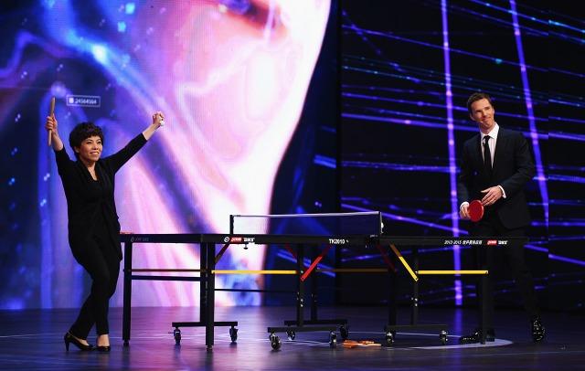 2015年鄧亞萍以木杓迎戰英國影星班尼迪甘巴貝治(Benedict Cumberbatch),展示精湛球技與流利英語。(圖片來源:Getty)