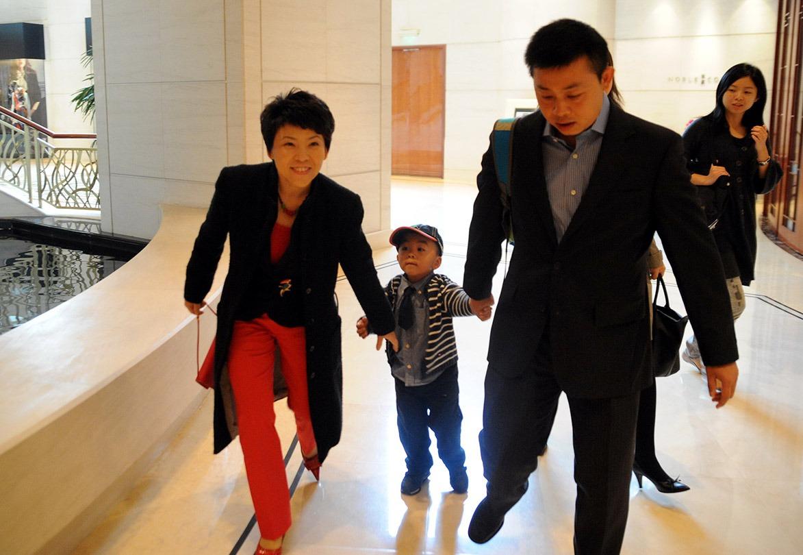 2009年,鄧亞萍一家三口出席另一乒乓球國手張怡寧婚禮。(圖片來源:人民視覺)