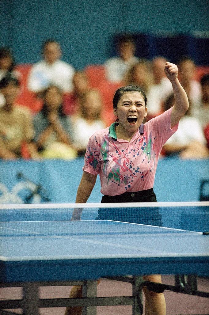 鄧亞萍在1992年巴塞隆拿奧運會上奪得乒乓球單打冠軍,在1996年阿特蘭大奧運會衛冕成功,是除張怡寧之外的唯一一人。(圖片來源:AP)