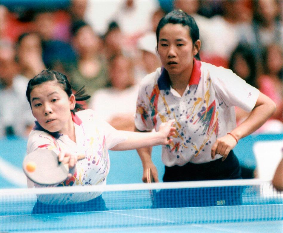 鄧亞萍和喬紅在在1989年的世錦賽上合作獲得女雙冠軍,其後她們的組合多次稱霸奧運和世界賽;但在單打上,鄧亞萍卻還是稍勝一籌。(圖片來源:AP)