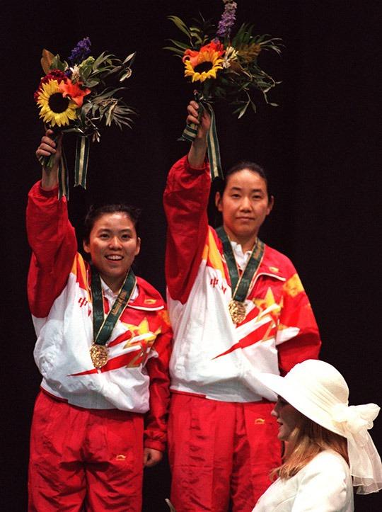 鄧亞萍和喬紅在1996年的阿特蘭大奧運會上成功衛冕女雙冠軍。(圖片來源:AP)