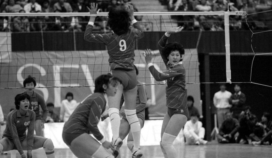 1985年3月31日,香港杯國際排球錦標賽。中國女排對日本女排。郎平等人在賽場上。(圖片來源:視覺中國)