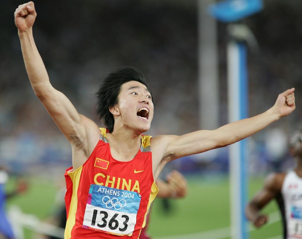 16年前的雅典奧運,劉翔完以12.91秒衝過終點,奪得金牌,打破奧運記錄,追平了科林·傑克遜在1993年創造並保持11年世界紀錄,更重要的替中國奪得首面男子田徑奧運金牌。(圖片來源:Getty)