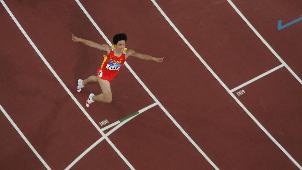 劉翔完以12.91秒衝過終點,奪得2004年雅典奧運金牌,打破奧運記錄,追平了科林·傑克遜在1993年創造並保持11年世界紀錄。(圖片來源:Getty)