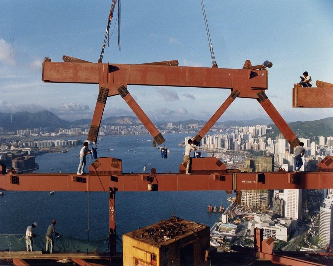 80年代,工人在高空興建中銀大廈的情況,觸目驚心。(圖片來源:LERA Consulting Structural Engineers官網)