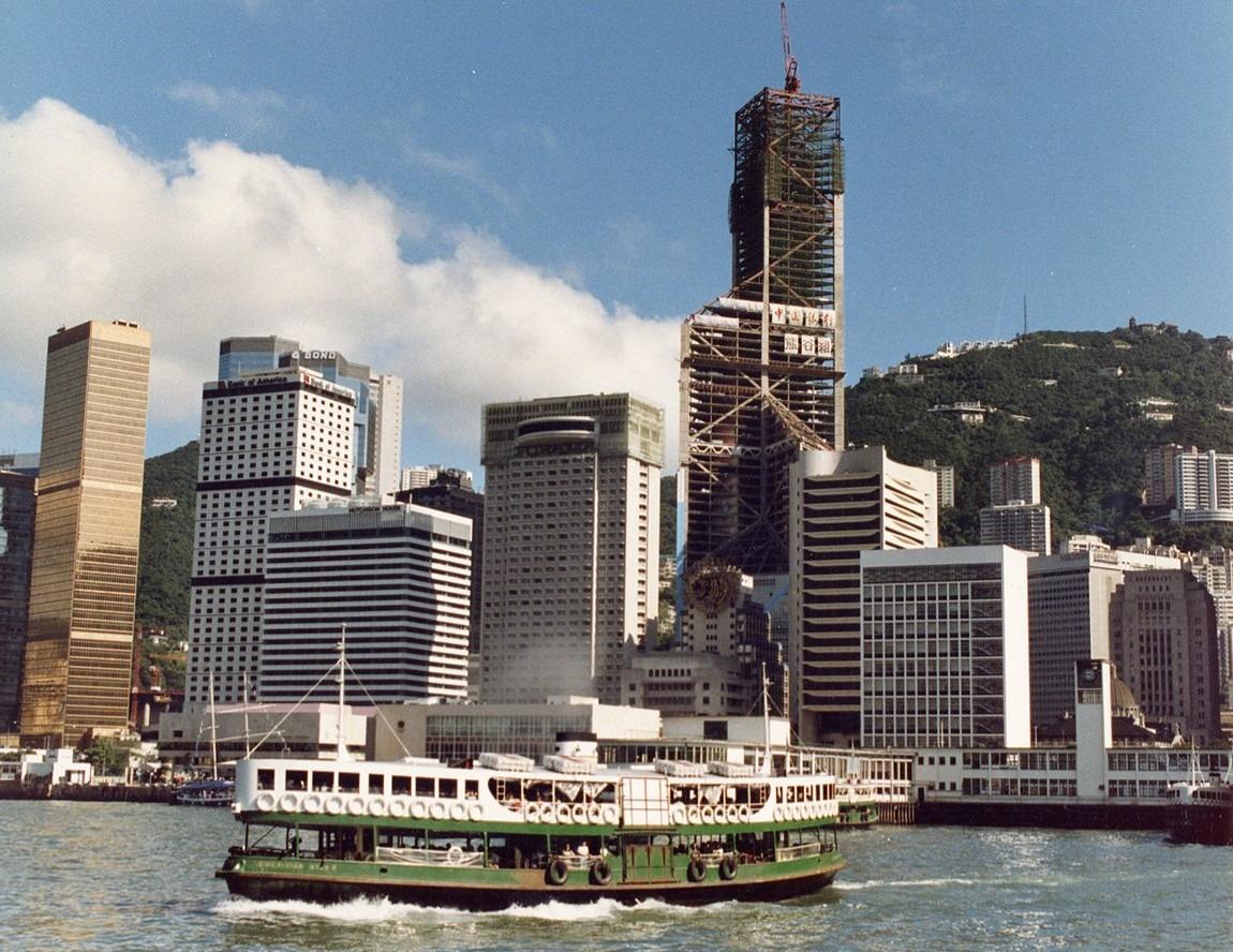80年代興建中的中銀大廈,當時中環天星碼頭仍未搬遷。(圖片來源:LERA Consulting Structural Engineers官網)