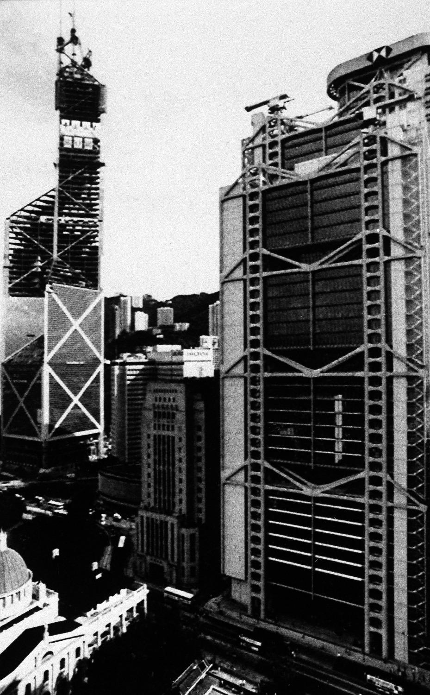 貝聿銘接下項目時已意識到,中銀大廈一定不能與象徵殖民統治的匯豐比下去。圖為1988年香港,當時滙豐已經落成,中銀尚在施工中。
