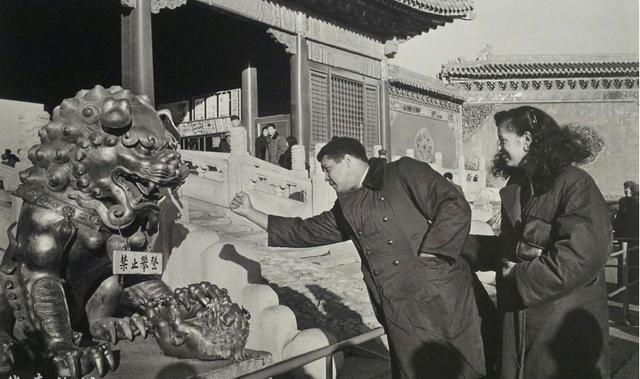 牽著妻子到訪北京的阿里,揮拳「挑戰」故宮門前的獅子。(網上圖片)