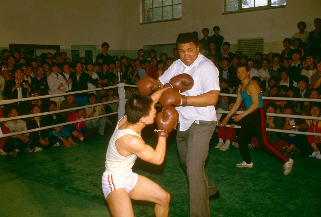 阿里1985年來華時,已被診斷出有柏金遜症,但也答應上台與中國拳手切磋。 (圖片來源:Getty)