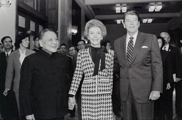 鄧小平(左)與列根夫婦在人民大會堂會面。(圖片來源:Getty)