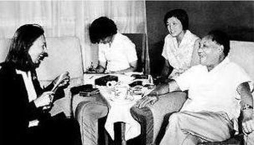 鄧小平從不談自己對革命的貢獻,但當談到毛澤東對中國革命的貢獻時,鄧小平指出毛澤東主要是毛主席的思想,其他老一輩革命家,如周恩來、劉少奇、朱德等也作出了貢獻。法拉奇(圖左)忍不住打斷他的話:「您怎麼不提自己的名字?」鄧小平笑了:「哦,我算不了什麼,當然我總是做了點事情的,革命者哪能不做事?」 (網上圖片)
