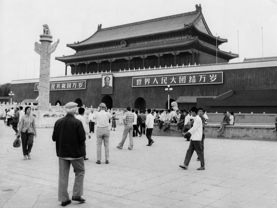 天安門城樓上的毛澤東像,並非建國的時候才懸掛上去的,而是1949年2月12日慶祝北平解放大會開始懸掛,甚至當年7月7日紀念盧溝橋抗戰12周年的時候,朱德的畫像也曾懸掛上去。直到當年10月1日建國大典後,才確立毛澤東象一直懸掛的傳統,而幾乎每年的國慶前夕,都會有工作人員更換一幅全新的畫像,以保持畫像整潔。(圖片來源:Getty)