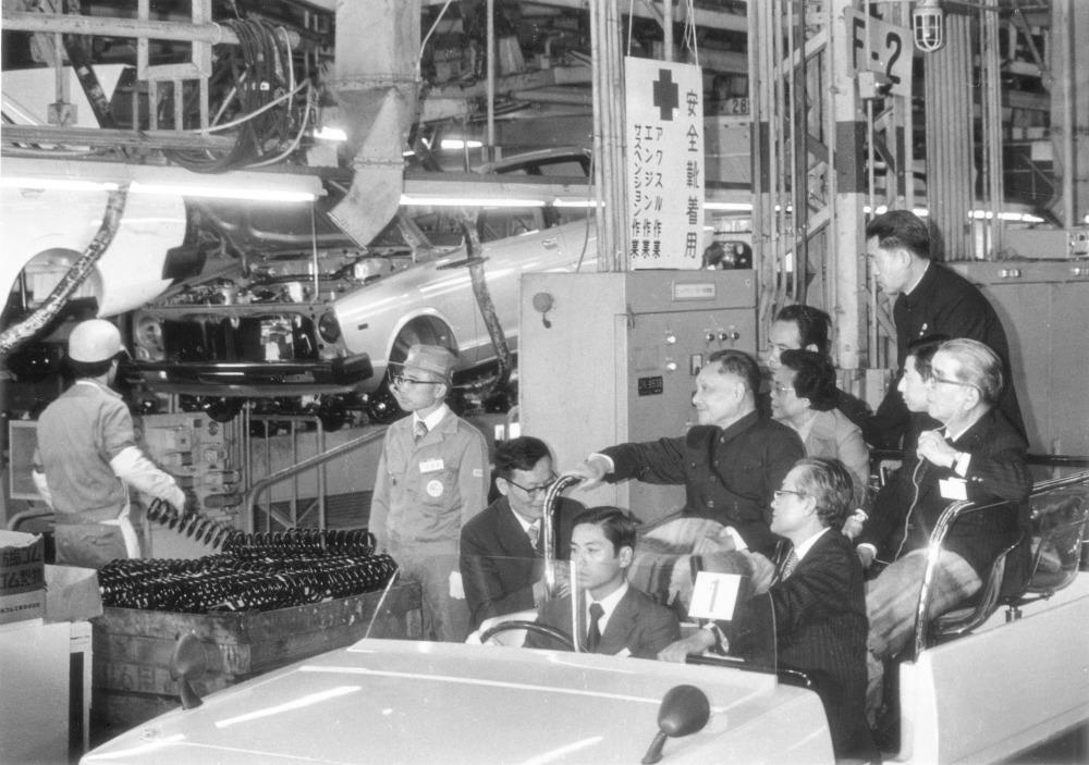 鄧小平乘坐汽車參觀日產汽車在東京附近的工廠,感受汽車製造業的發展。(圖片來源:AP)