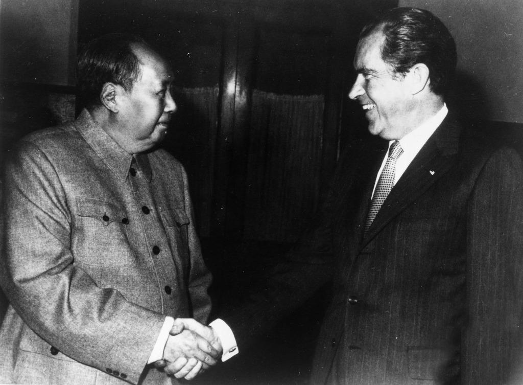 毛澤東(圖左)指中美關係正常化說是一把鑰匙,這個問題解決了,其他問題就迎刃而解了。圖片拍攝於1972年。