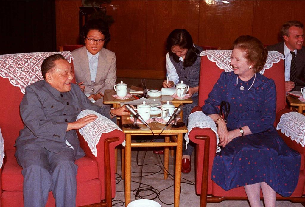1982年,戴卓爾夫人與鄧小平見面,重申英國與清朝政府簽訂的三條條約有效,但鄧小平明確表示香港主權問題沒有迴旋餘地。