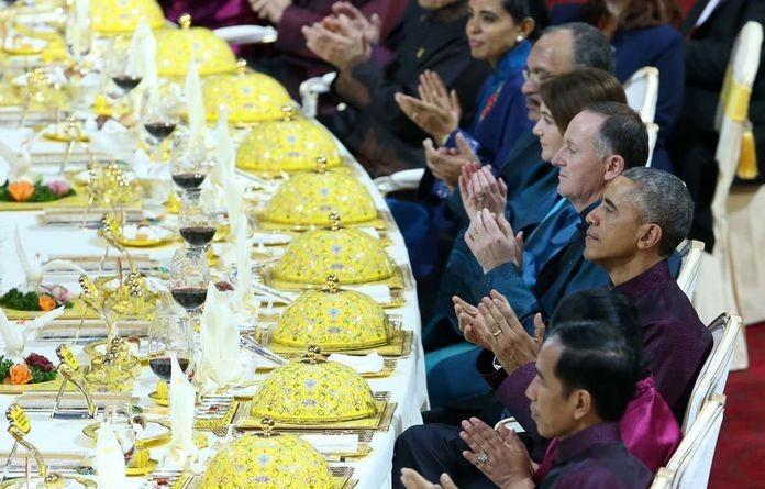 製作北京填鴨很考工夫,由選鴨、充氣、燙坯、晾坯、烤製,送到餐桌前經過20多個工序。