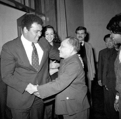 1979年12月,鄧小平在北京人民大會堂接見來自美國的傳奇拳王阿里(Muhammad Ali)。