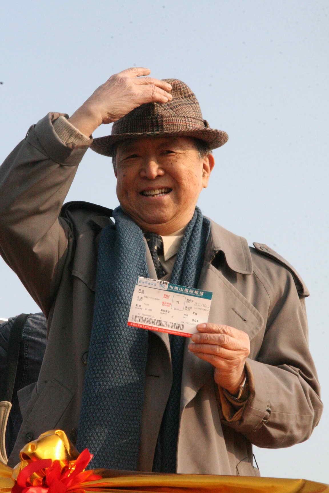 76歲的金先生拿到了杭州到台灣首發直航班的一號票,並告訴記者「作為第一號乘員,我此刻非常激動。」臨登機前,金先生還不忘揮舞着這張特殊的機票,向前來送行的人致意。(圖片來源:中新社)