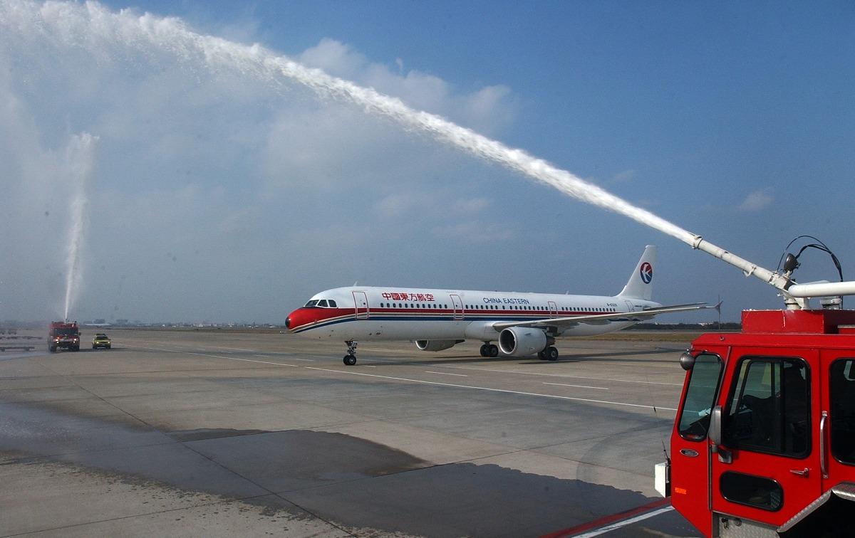 2008年12月15日,兩岸直航平日包機正式啟動,由上海浦東出發的東方航空首航班機,上午9時25分降落台北桃園機場,機場消防隊特別派消防車噴出水柱歡迎。(圖片來源:人民視覺)
