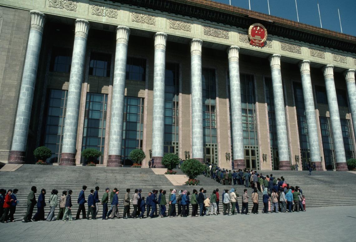 1979年開始,人民大會堂重新開放予公眾參觀。圖為1981年在大會堂外排隊等候進入的遊客。(圖片來源:人民視覺)