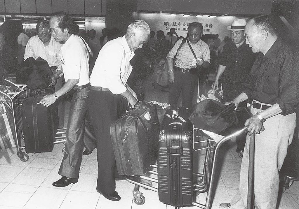 台灣在1987年7月宣布解除戒嚴,同年12月開放民眾赴內地探親。圖為返鄉老兵在機場整理行裝的情況。(網上圖片)