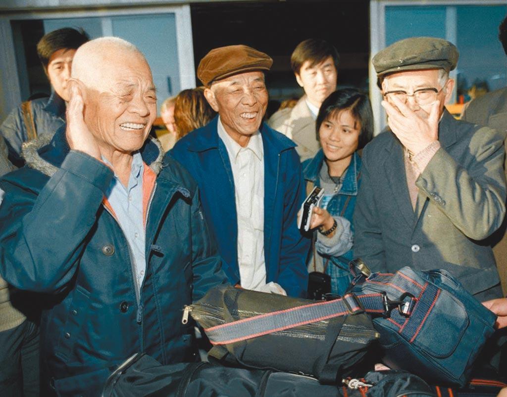 1987年底,86歲沙先生(左一)與失散38年的弟弟(右一)在北京機場重逢,悲喜交集。(網上圖片)