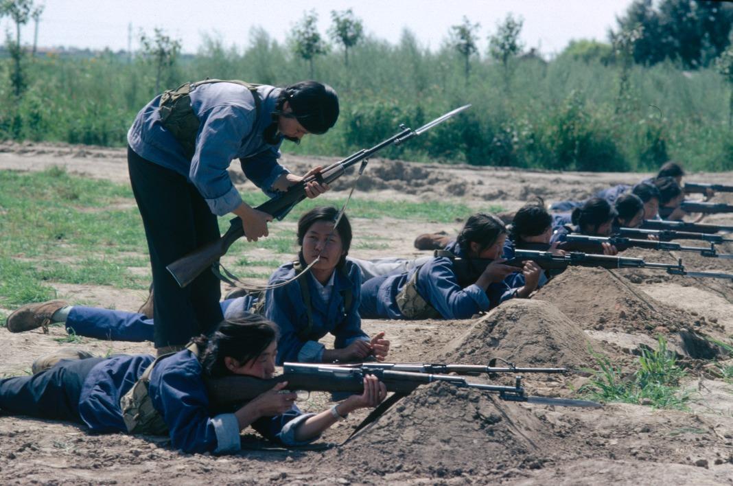 女民兵們除工作外,會參加射撃訓練。圖片攝於1979年。