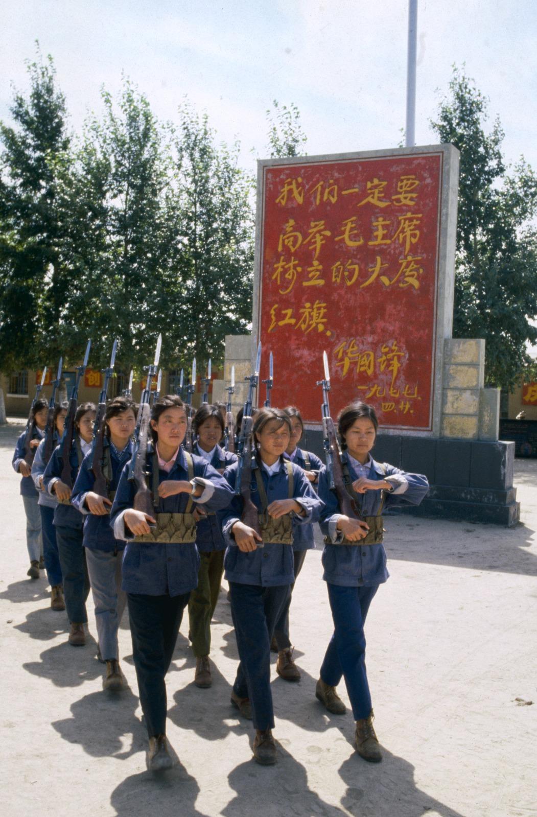 這些女民兵,在大慶石油工作,工作以外接受軍事訓練。圖片攝於1979年。(圖片來源:Getty)