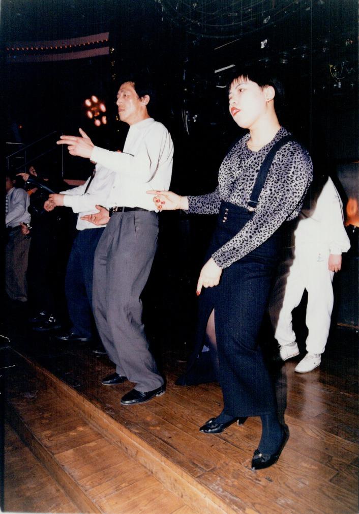 1985年北京一家的士高內,人們不再打扮得一式一樣,身上換上入時和個性化的休閒便服。(圖片來源:Getty)