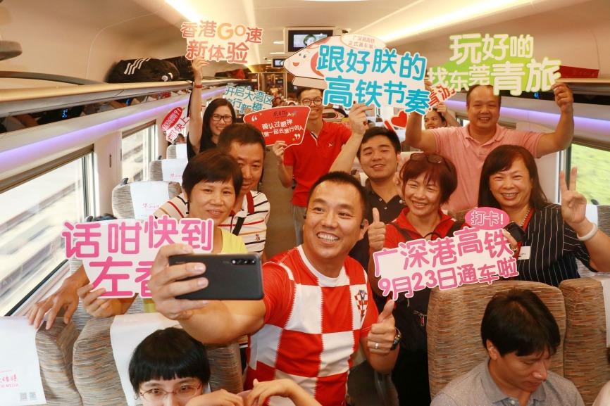 列車開通首日,幾十名東莞市民乘坐第一班往香港的高鐵列車「打卡」。(圖片來源:人民視覺)