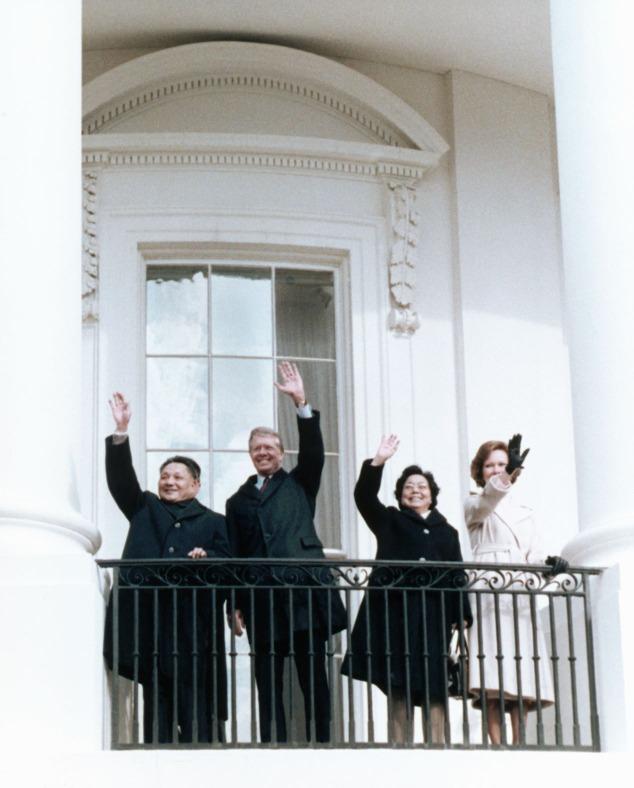 中美兩國領導人,鄧小平和卡特在白宮陽台上向人們揮手致意,這個經典歷史瞬間,被鏡頭永久記錄下來。圖片攝於1979年。(圖片來源:Getty)