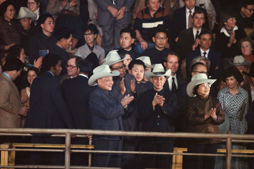 鄧小平穿着毛裝卻毫不介意戴上牛仔帽,觀看表演。圖片攝於1979年。(圖片來源:Getty)