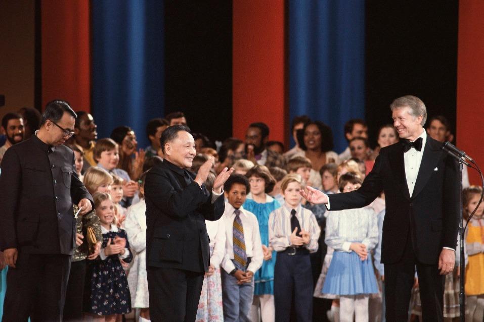 美國時任總統卡特在其日記內曾經寫到,鄧小平訪美期間,受到很多美國民眾的歡迎,他極富幽默感,我很喜歡他。