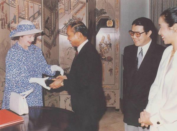 白天鵝賓館曾接待40多個個家的元首和政府高官,包括英女王伊利沙伯二世、美國前總統尼克遜等。圖為霍英東招待英女王的情況,圖右為其子霍震霆及朱玲玲。(網上圖片)