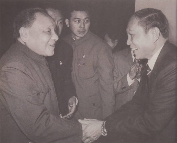 鄧小平曾三度到訪白天鵝賓館。第一次在1984年1月,鄧小平在酒店28樓俯瞰珠江景色後高興地說:「白天鵝好!比美國的還要好!」圖為鄧小平1985年到訪時與霍英東握手合照。(網上圖片)
