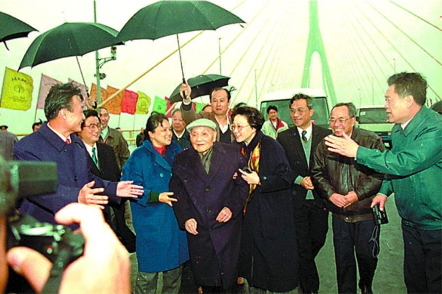 鄧小平參觀上海楊浦大橋時感慨地說:「喜看今日路,勝讀百年書。」(網上圖片)