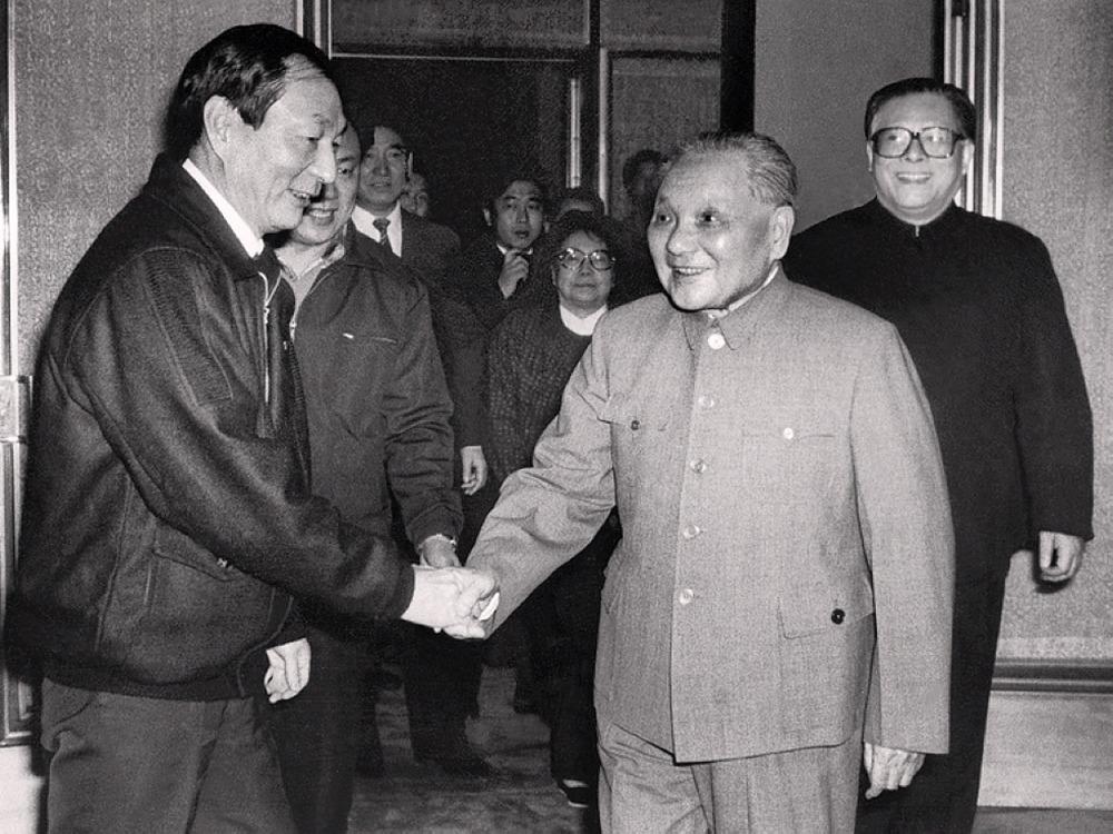 鄧小平1989年2月在上海過年,時任上海市委書記江澤民(右)及市長朱鎔基(左)亦陪伴在側。(網上圖片)