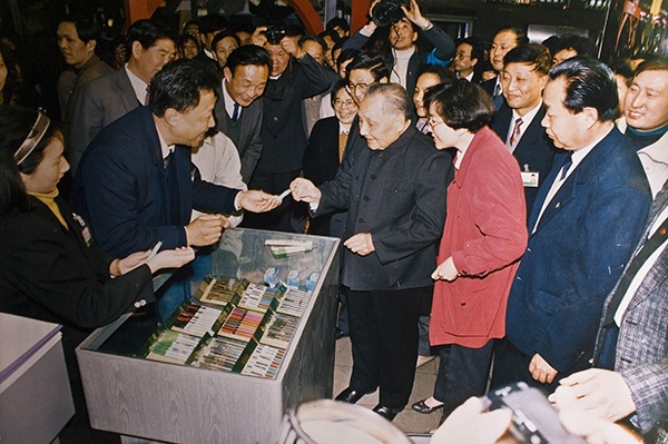 1992年2月,鄧小平在上海一間百貨公司參觀,女兒知道父親喜歡文具,就說「您就買幾樣吧」,鄧小平點頭說好,營業員給他挑了幾盒中華鉛筆及橡皮,女兒付了錢,跟鄧小平說︰「老爺子,這可是您建國以來第二次親自到商場買東西。」(網上圖片)
