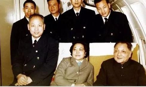 鄧小平及太太卓林與1979年駕駛飛機到美國的機長徐柏齡(前排右一)等人合照。(網上圖片)
