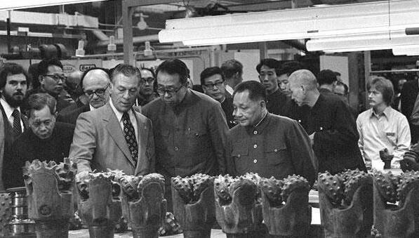 鄧小平說過,此行訪美目的之一,是了解美國人的生活和建設,學習一切有用的經驗。圖為他在休斯敦參觀工廠的情況(網上圖片)。