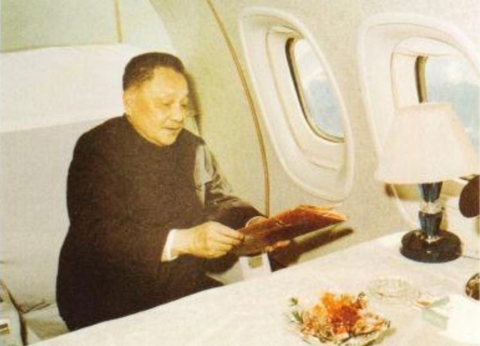鄧小平在前往美國的專機上,在機艙服務員安排下,享用了一頓別出心裁的餃子飛機餐作為開年飯。(網上圖片)