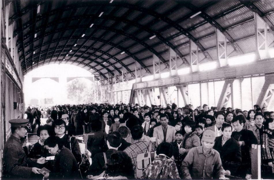 1970年代,人們在羅湖華段與英段的路軌之間徒步而行。(圖片來源:新華網)